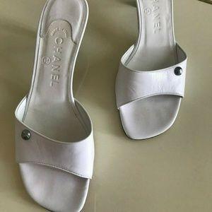 CHANEL  White Leather Kitten heel Slides/Mules SZ7